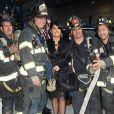 Salma Hayek prend la pose au milieu des pompiers de la ville de New York avant son apparition dans l'émission  Late Show with David Letterman  le 10 octobre.