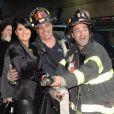 Salma Hayek pose de façon élégante avec les pompiers de la ville de New York avant son apparition dans l'émission  Late Show with David Letterman  le 10 octobre.