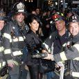 Salma Hayek au milieu des pompiers de la ville de New York avant son apparition dans l'émission  Late Show with David Letterman  le 10 octobre.