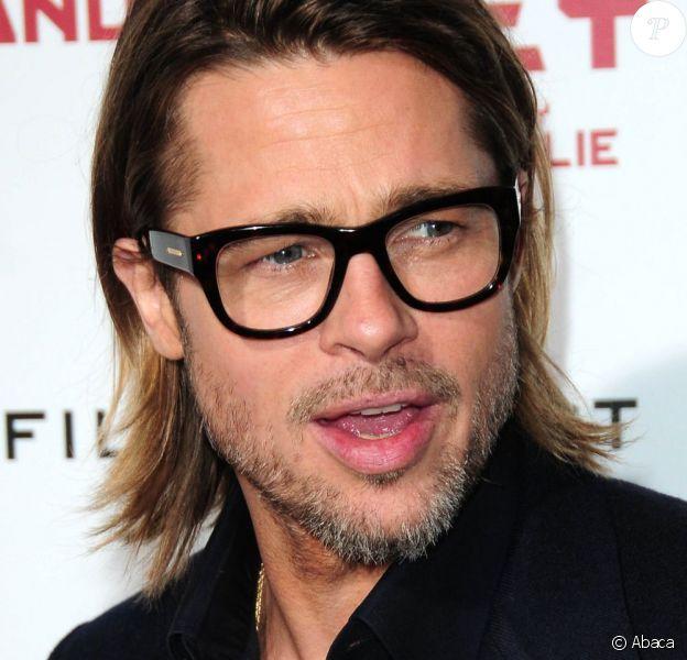 Brad Pitt, dandy moderne hype, cheveux longs et lunettes de vue sur tapis rouge. Los Angeles, le 8 décembre 2011.