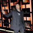 Brad Pitt, un charmeur joue les poètes en accesoirissant son costume d'une petite écharpe.   Los Angeles, 7 janvier 2008.