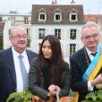 Le maire du XVIIIe arrondissement de Paris, Anggun et le critique gastronomique Jean-Luc Petitrenaud, à Paris, le samedi 13 octobre 2012 à l'occasion des vendanges.