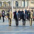 Le prince Albert II de Monaco, qui dépose ici une gerbe sur la tombe du soldat inconnu, à Varsovie le 17 octobre 2012, au premier jour de sa visite officielle de trois jours en Pologne avec Charlene.