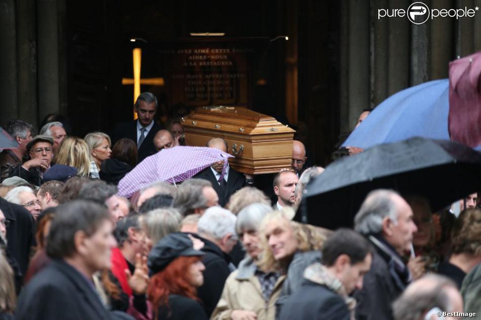 Sortie d'église émouvante pour les proches de Frank Alamo après la cérémonie en l'église de Saint-Germain-des-Prés à Paris, le 18 octobre 2012.