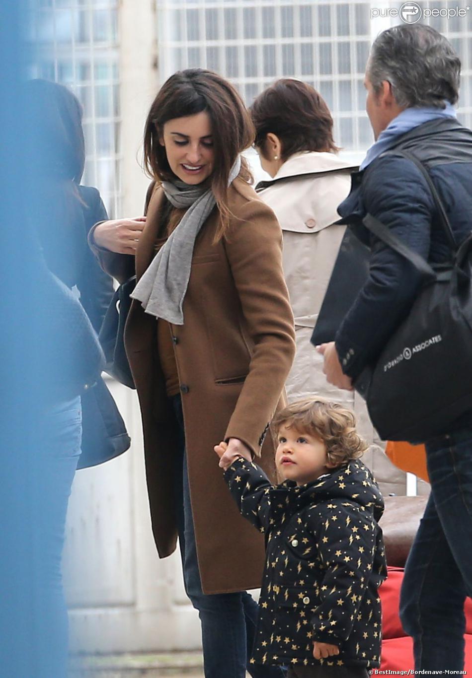 Penélope Cruz, maman attentionnée envers son fils Leo lors de leur arrivée à l'aéroport du Bourget près de Paris le 24 octobre 2012