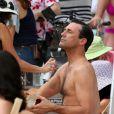Pause retouche maquillage pour Jon Hamm sur le tournage de la saison 6 de Mad Men, à Hawaï, le 24 octobre 2012.