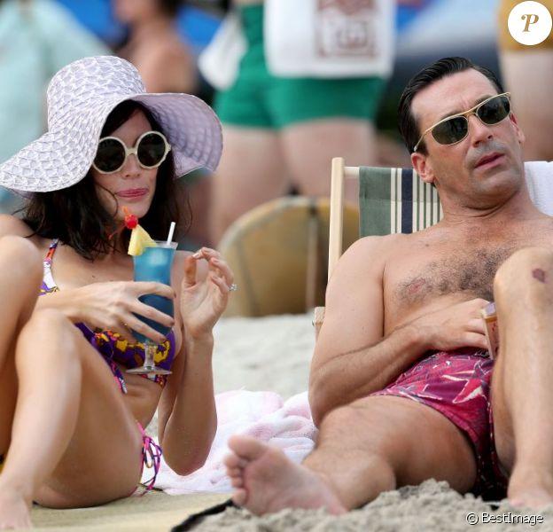 Jon Hamm et Jessica Paré sur le tournage de la saison 6 de Mad Men, à Hawaï, le 24 octobre 2012.