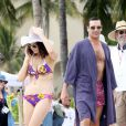 Jon Hamm et Jessica Paré sur le tournage de la saison 6 de  Mad Men , à Hawaï, le 24 octobre 2012.
