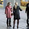 Eva O'Neill arrive à l'aéroport Arlanda de Stockholm le 25 octobre 2012 pour les fiançailles de son fils Christopher avec la princesse Madeleine de Suède.