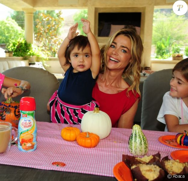 Denise Richards et ses trois filles Lola, Eloise et Sam profitent d'un brunch spécial Halloween à Los Angeles le 7 octobre 2012.