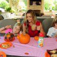 Denise Richards et ses filles Lola, Eloise et Sam profitent d'un brunch spécial Halloween à Los Angeles le 7 octobre 2012.