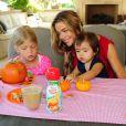 Denise Richards et ses trois filles Lola, Eloise et Sam profitent d'un brunch spécial Halloween le 7 octobre 2012.