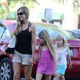 Denise Richards et ses filles Lola et San à la sortie de l'école à Los Angeles, le 28 août 2012.