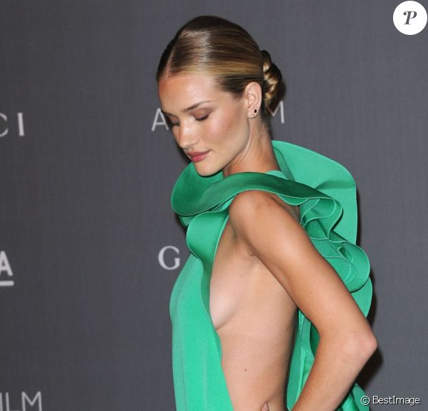 Rosie Huntington-Whiteley à moitié nue au LACMA Art Gala à Los Angeles le 27 octobre 2012.