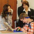 La princesse Mary de Danemark avec la first lady slovaque dans une école pour enfants déficients le 24 octobre 2012.