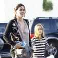 Courteney Cox et Coco dans Brentwood, Los Angeles, le 31 octobre 2012.