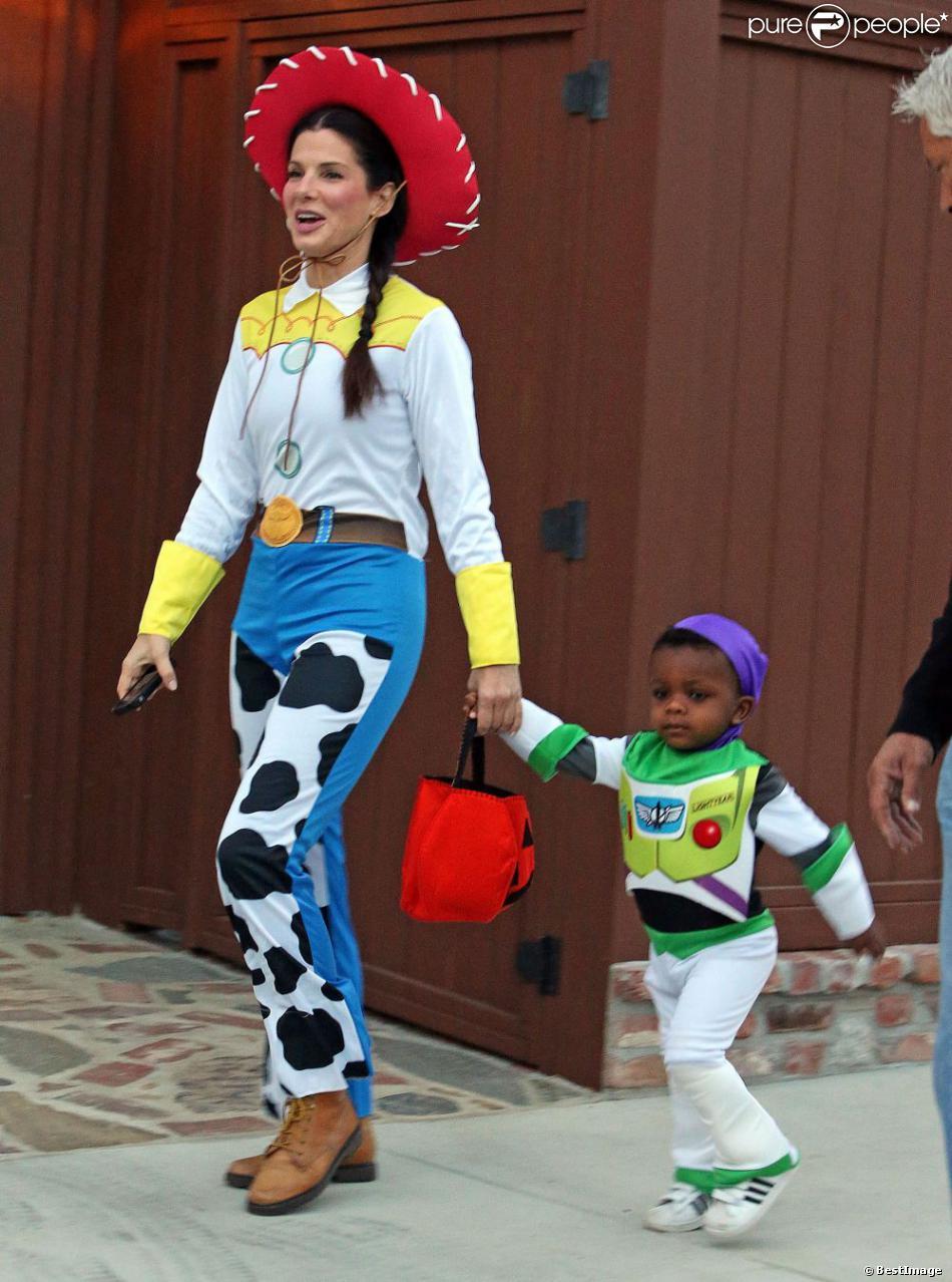 Sandra Bullock et son fils Louis à la chasse aux bonbons dans le quartier de Toluca Lake, Los Angeles, le 31 octobre 2012.