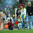 Sandra Bullock et son fils Louis célèbrent dans le quartier de Toluca Lake, Los Angeles, le 31 octobre 2012.
