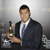 Jo-Wilfried Tsonga: Bouteille en main au côté de Novak Djokovic avant le Masters