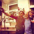 Jean Imbert pose avec Robert De Niro et son ami JR dans son restaurant L'Acajou dans le 16e arrondissement de Paris