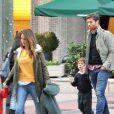 Xabi Alonso, son épouse Nagore et leurs enfants Jontxu et Ane dans les rues de Madrid le 5 Novembre 2012