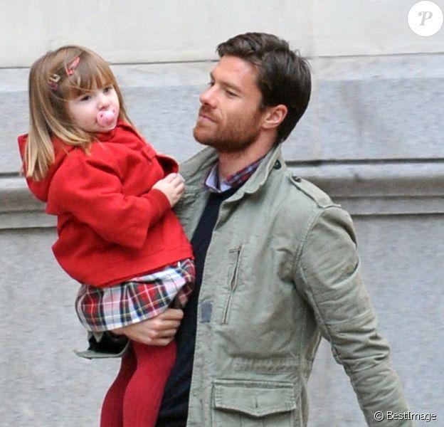 Xabi Alonso et sa petite Ane dans les rues de Madrid le 5 Novembre 2012