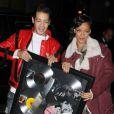 Rihanna, de retour à son hôtel le Gansevoort, reçoit le cadeau d'un fan qui a compilé ses six albums, à quelques jours de la sortie de son septième, Unapologetic. New York, le 8 novembre 2012.
