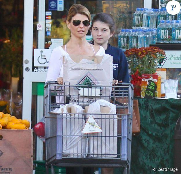 Lori Loughlin et sa fille à la sortie d'un supermarché le 7 novembre 2012 à Los Angeles