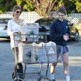 Lori Loughlin de bonne humeur en compagnie de sa fille Isabella à la sortie d'un supermarché le 7 novembre 2012 à Los Angeles