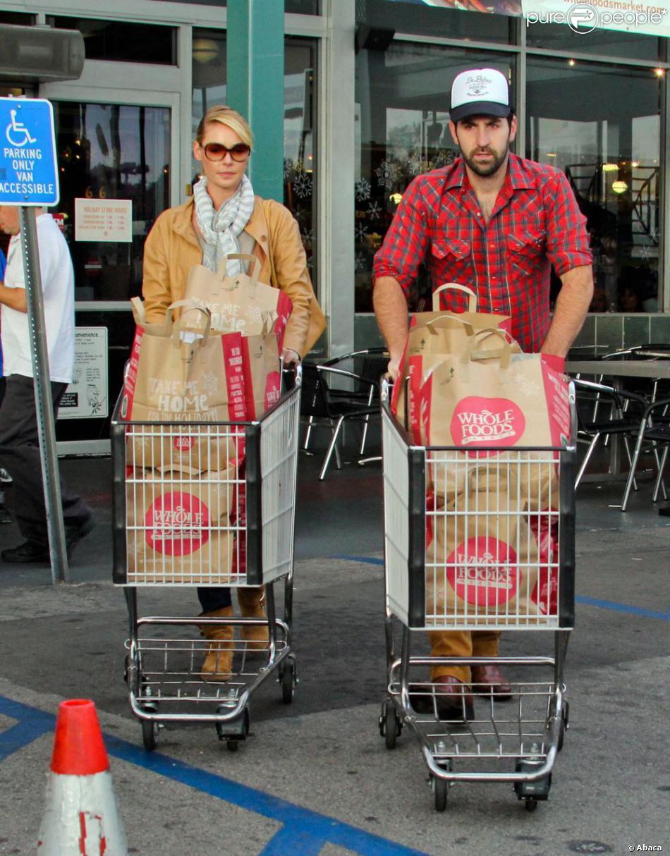 Katherine Heigl et son mari Josh Kelley font des courses dans le quartier de Los Feliz à Los Angeles, le 10 novembre 2012.