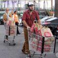 Katherine Heigl et son mari Josh Kelley font des courses ensemble dans le quartier de Los Feliz à Los Angeles, le 10 novembre 2012.