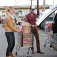 Katherine Heigl et son mari Josh Kelley rangent les courses dans leur voiture à Los Angeles, le 10 novembre 2012.