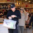 Petra Ecclestone et son mari James Stunt font leurs courses avant l'arrivée du bébé au Bel Bambini de Los Angeles le 10 novembre 2012