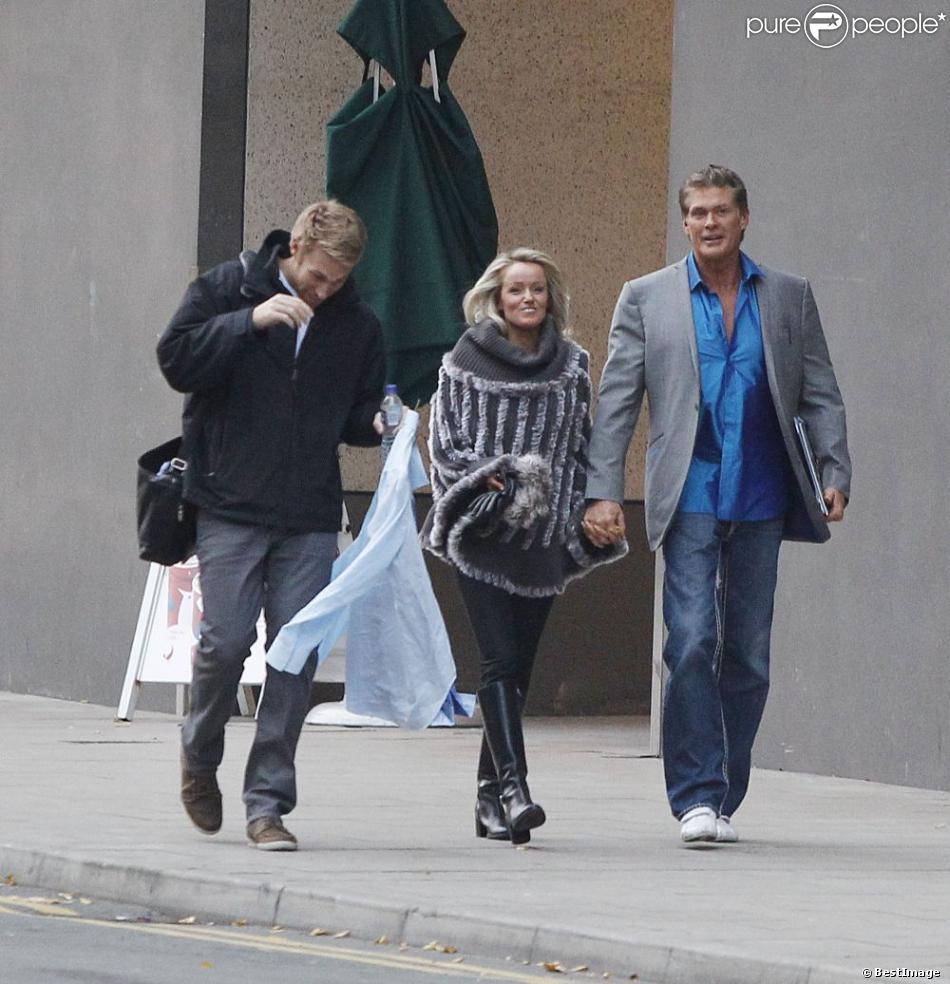 David Hasselhoff et sa petite amie Hayley Roberts à Manchester, le 16 novembre 2012.
