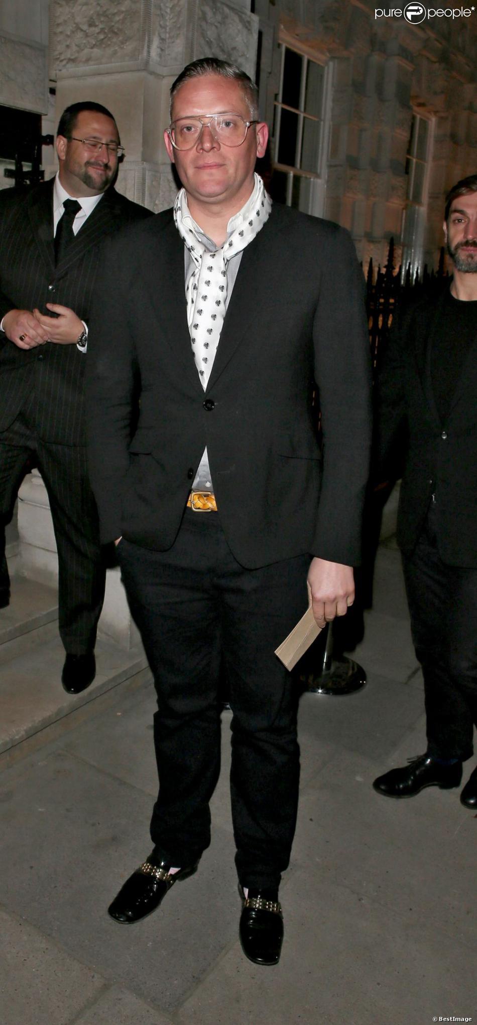 Le créateur Giles Deacon arrive à la maison Christie's pour assister la vente aux enchères de la Designer Pudsey 2012 collection au profit du programme Children in Need de la BBC. Son nounours, couvert de cristaux Swarovski, attisait le plus de convoitise et trouvait acquéreur pour 24 000 livres, environ 30 000 euros. Londres, le 15 novembre 2012.