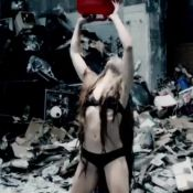 Rolling Stones, Doom and Gloom : Noomi Rapace dans le clip trash et iconoclaste
