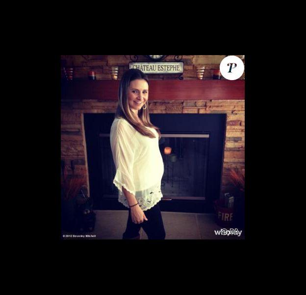 Beverly Mitchell a posté sur Twitter une photo d'elle enceinte le 22 novembre 2012.