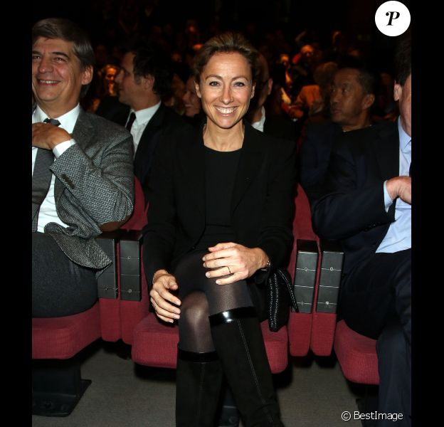 Anne-Sophie Lapix reçoit le prix Philippe Caloni du meilleur intervieweur 2012 pour son emission Dimanche + sur Canal+ lors de la 6ème Cérémonie de remise du Prix Philippe Caloni du meilleur intervieweur 2012 à Paris le 29 Novembre 2012.