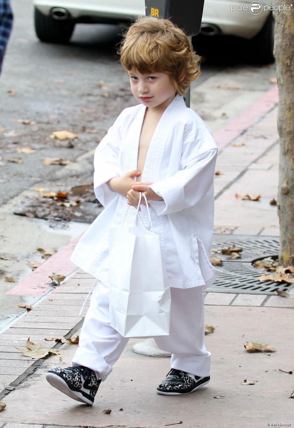 Jordan Bratman va chercher son fils Max à son cours de karaté à Los Angeles le 1er décembre 2012.