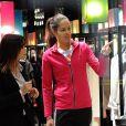 Ana Ivanovic heureuse dans la boutique Armani de Milan le 1 décembre 2012