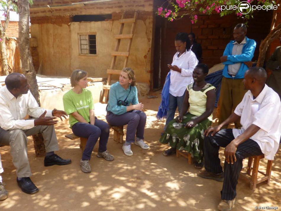 L'infante Cristina d'Espagne en Tanzanie le 1er décembre 2012 pour superviser en sa qualité de directrice des opérations internationales de la Fondation La Caixa les actions d'Oxfam.