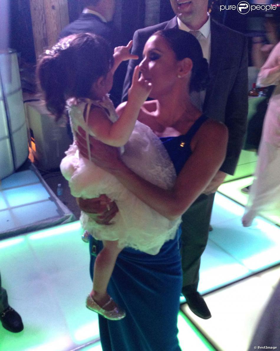 Eva Longoria, inséparable de la petite Gia, lors du mariage de Mario Lopez et Courtney Mazza à Punta Mita, le 1er décembre 2012 au Mexique.