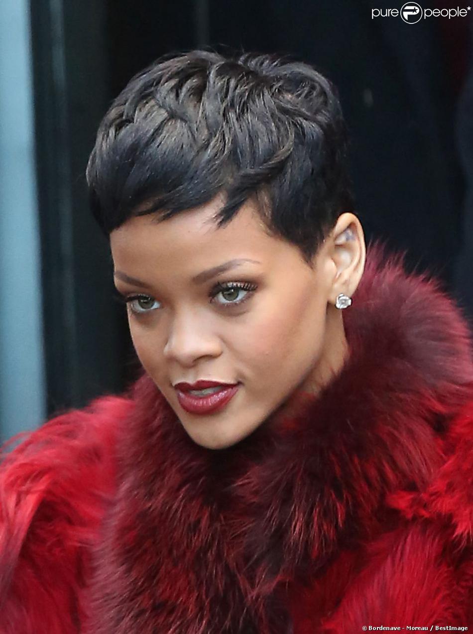 Rihanna, radieuse à sa sortie du Palais Omnisport de Paris-Bercy où elle enregistrait son passage dans l'émission La Meilleure Chanson de TF1. Paris, le 10 décembre 2012.