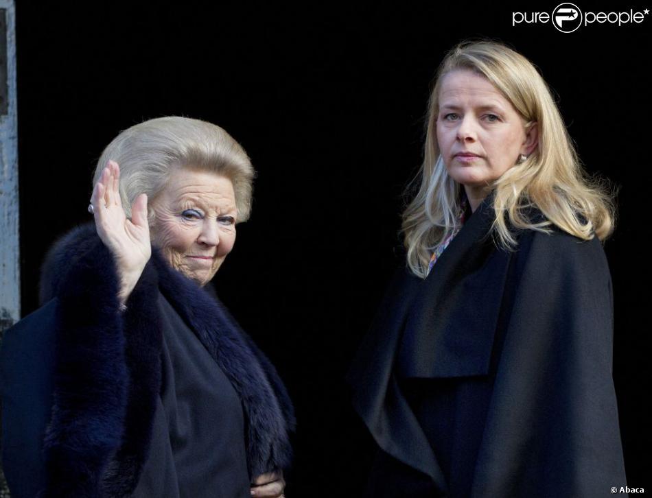 La reine Beatrix des Pays-Bas et la princesse Mabel d'Orange-Nassau. La famille royale des Pays-Bas (la reine Beatrix, le prince Willem-Alexander, la princesse Maxima, le prince Constantijn, la princesse Laurentien et la princesse Mabel) procédait le 12 décembre 2012 à la remise à Eloisa Cartonera du Prix Prince Claus décerné par la fondation Prince Claus, coprésidée par le prince Constantijn et le prince Friso. Ce dernier est toujours dans le coma, à Londres.