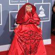 Une robe conceptuelle pour Nicki Minaj qui gâche le tapis rouge avec une néo soutane rouge signée Versace