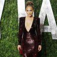 Jennifer Lopez ose le décolleté plongeant pour voler la vedette aux stars de la soirée Vanity Fair post-Oscars 2012