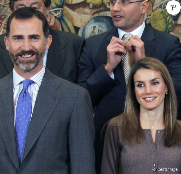 Le prince Felipe et la princesse Letizia lors d'une audience avec la fondation Connaissance et Développement au palais Zarzuela à Madrid, le 14 decembre 2012.