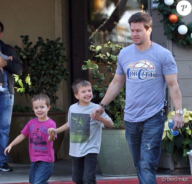 Mark Wahlberg se promène en vrai papa poule avec ses fils Michael et Brendan à Beverly Hills, le 15 décembre 2012.