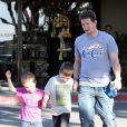 Mark Wahlberg partage un moment entre garçons avec ses fils Michael et Brendan à Beverly Hills, le 15 décembre 2012.