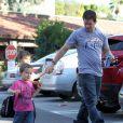 Papa Mark Wahlberg se promène avec ses fils Michael et Brendan à Beverly Hills, le 15 décembre 2012.